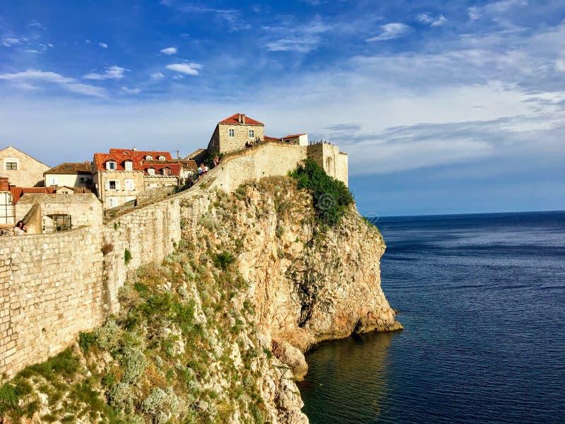 Μια άποψη ενός τμήματος των τοίχων Dubrovnik που αντιμετωπίζουν εξωτερικά στην αδριατική θάλασσα στοκ φωτογραφίες