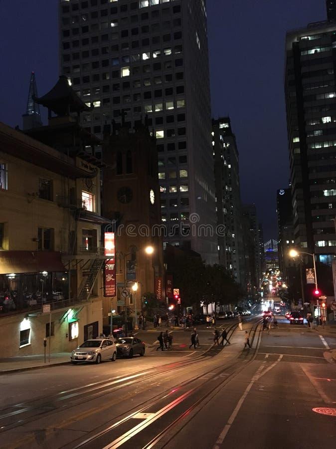 Μια άποψη κάτω από μια οδό πόλεων τη νύχτα στοκ φωτογραφία