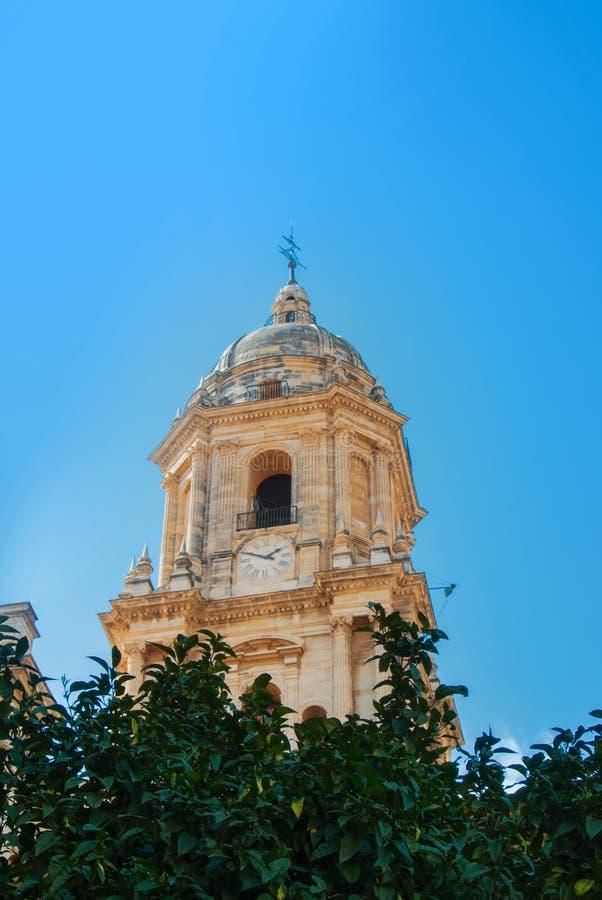 Μια άποψη κινηματογραφήσεων σε πρώτο πλάνο σε έναν πύργο κουδουνιών του καθεδρικού ναού της Μάλαγας πέρα από το ora στοκ φωτογραφία με δικαίωμα ελεύθερης χρήσης