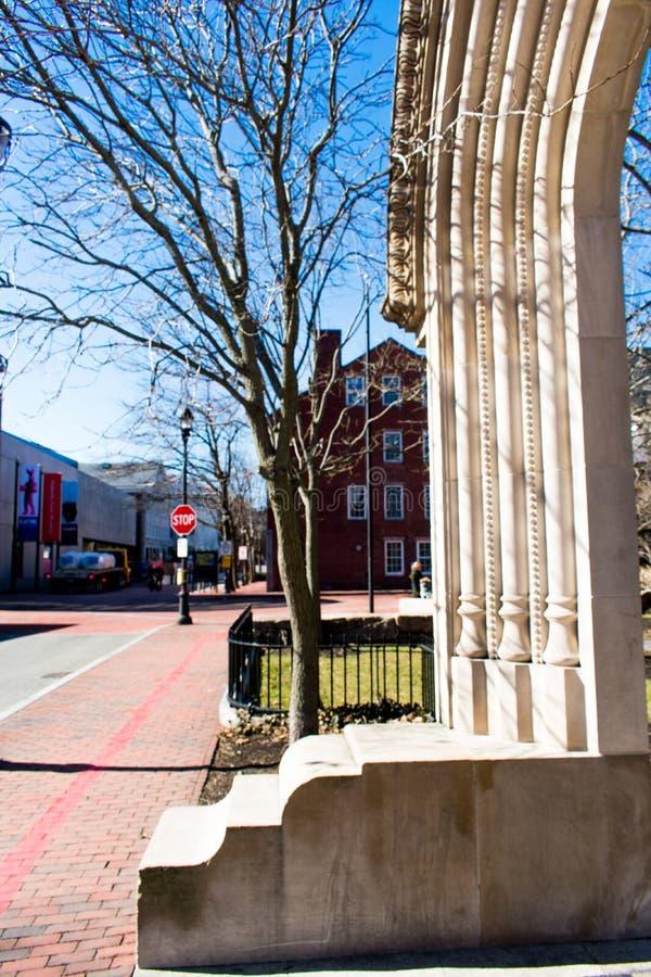 Μια άποψη μιας αψίδας και μια στάση υπογράφουν στο Σάλεμ, Βοστώνη στοκ φωτογραφία με δικαίωμα ελεύθερης χρήσης