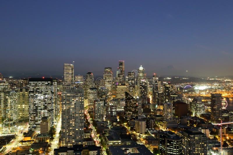 Μια άποψη πέρα από την αστική στο κέντρο της πόλης προκυμαία κτηρίων οριζόντων πόλεων κόλπων και του Σιάτλ του Elliott στοκ εικόνα