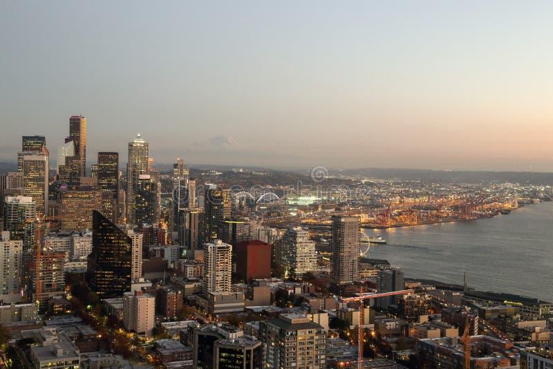 Μια άποψη πέρα από την αστική στο κέντρο της πόλης προκυμαία κτηρίων οριζόντων πόλεων κόλπων και του Σιάτλ του Elliott στοκ φωτογραφίες με δικαίωμα ελεύθερης χρήσης