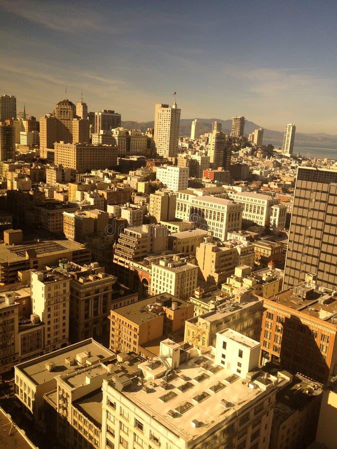 Μια άποψη πανοράματος από μια από τις μεταλλουργικές ξύστρες ουρανού στο Σαν Φρανσίσκο στοκ εικόνες