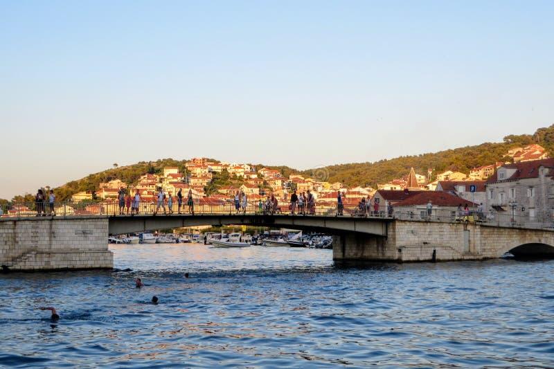 Μια άποψη της γέφυρας που συνδέει την ηπειρωτική χώρα Trogir με το νησί Ciovo κατά μήκος της κροατικής ακτής στοκ εικόνα με δικαίωμα ελεύθερης χρήσης