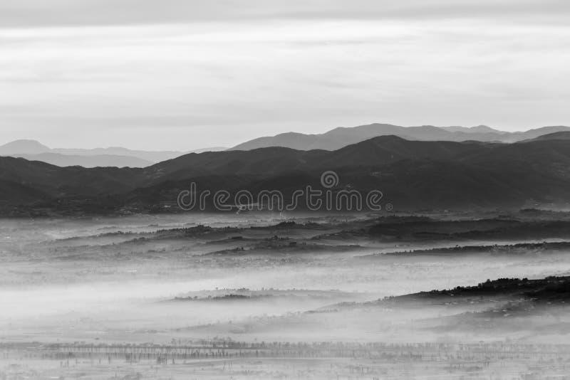 Μια άποψη της κοιλάδας της Ουμβρίας με τους λόφους και την υδρονέφωση στοκ φωτογραφίες