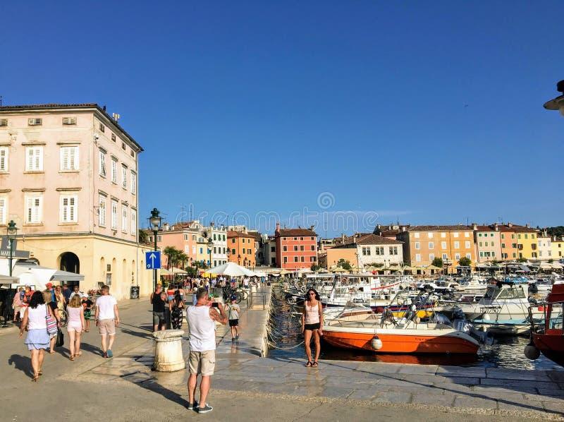Μια άποψη της προκυμαίας στην παλαιά πόλη Rovinj, Κροατία Τουρίστες που περπατούν γύρω και που παίρνουν τις φωτογραφίες μια όμορφ στοκ φωτογραφία με δικαίωμα ελεύθερης χρήσης