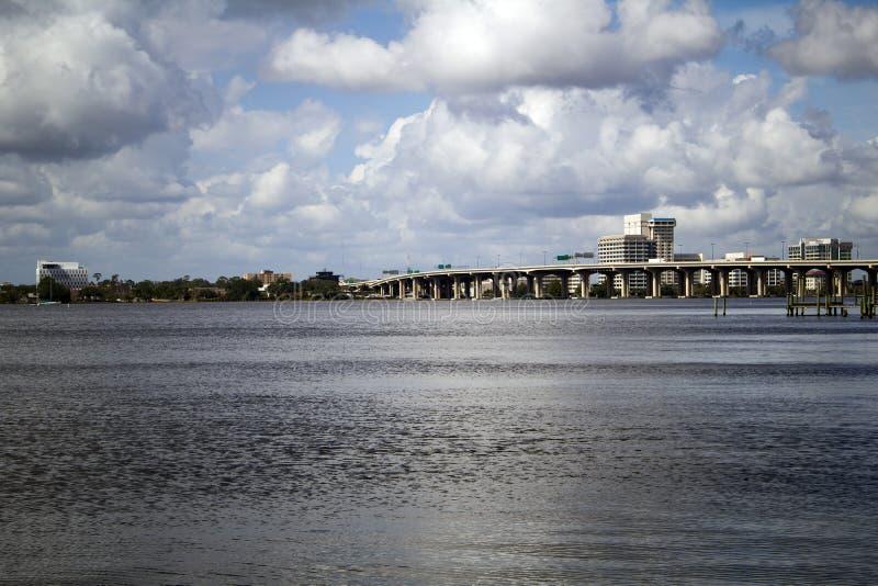 Μια άποψη της όχθης ποταμού πέρα από τον ποταμό του ST John ` s στο Τζάκσονβιλ Φλώριδα στοκ εικόνες