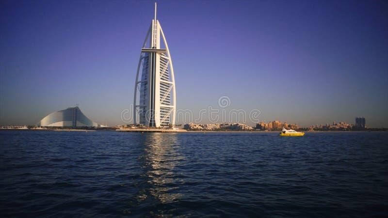 Μια άποψη τοπίων της παραλίας και της θάλασσας του Ντουμπάι το καλοκαίρι απόθεμα Υπόβαθρο διάσημων χτίζοντας και αλιευτικών σκαφώ στοκ εικόνα