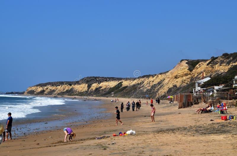 Μια άποψη τοπίων της παραλίας και του μεγάλου απότομου βράχου στον όρμο κρυστάλλου στην ακτή του Νιούπορτ, Καλιφόρνια στοκ φωτογραφία με δικαίωμα ελεύθερης χρήσης