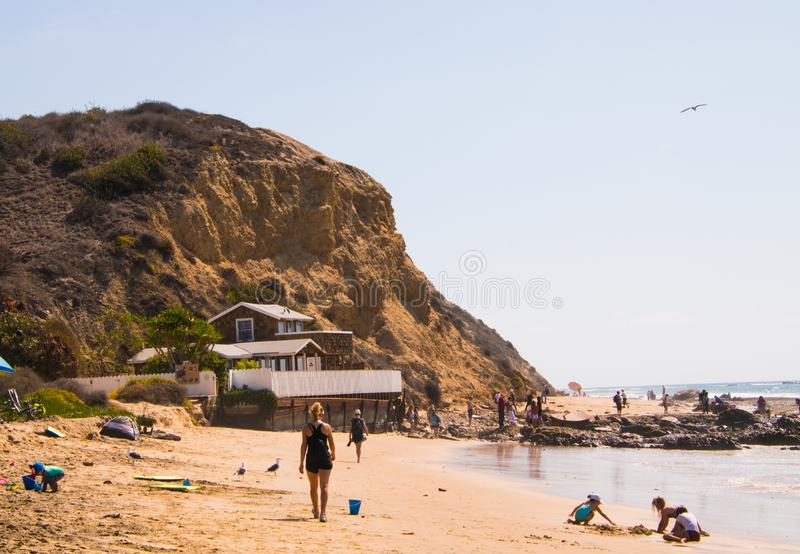 Μια άποψη τοπίων της παραλίας και του μεγάλου απότομου βράχου στον όρμο κρυστάλλου στην ακτή του Νιούπορτ, Καλιφόρνια στοκ εικόνες