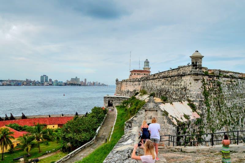 Μια άποψη του ιστορικού κέντρου της Αβάνας και του αναχώματος Malecon από το φρούριο της EL Morro, μέσω του στενού θάλασσας στοκ εικόνες