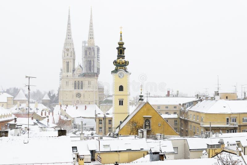 Μια άποψη του καθεδρικού ναού του Ζάγκρεμπ, της Κροατίας, και της γραφικής στέγης στοκ φωτογραφία με δικαίωμα ελεύθερης χρήσης