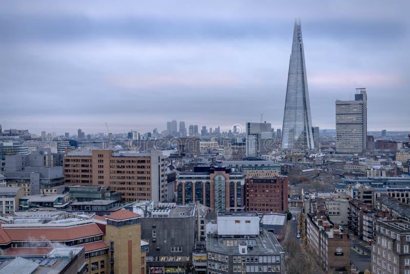 Μια άποψη του κεντρικού Λονδίνου προς το Shard στοκ εικόνα