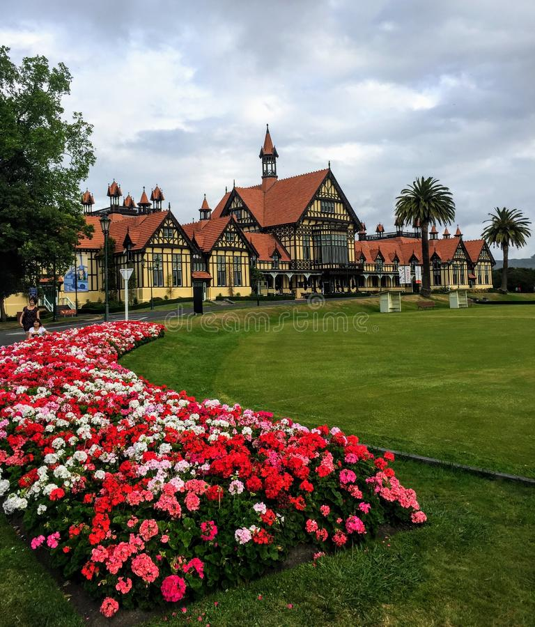 Μια άποψη του μουσείου Rotorua σε Rotorua, Νέα Ζηλανδία Τα όμορφοι λουλούδια και οι κήποι περιβάλλουν το μουσείο στοκ φωτογραφία με δικαίωμα ελεύθερης χρήσης