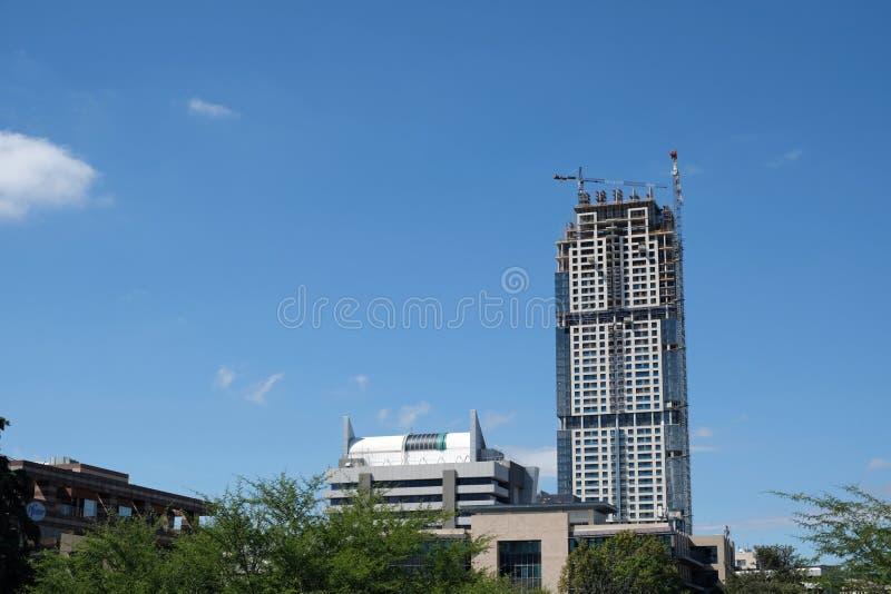 Μια άποψη του νεώτερου ουρανοξύστη πολυόροφων κτιρίων που στηρίζεται στον ορίζοντα Sandton, την οικονομική και χρηματική πλήμνη τ στοκ εικόνα με δικαίωμα ελεύθερης χρήσης