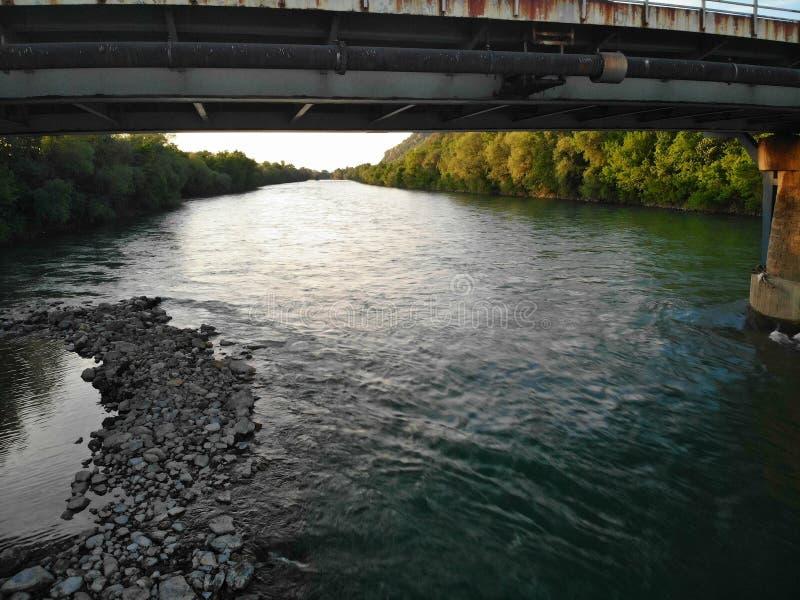 μια άποψη του ποταμού κάτω από τη γέφυρα στοκ φωτογραφία με δικαίωμα ελεύθερης χρήσης