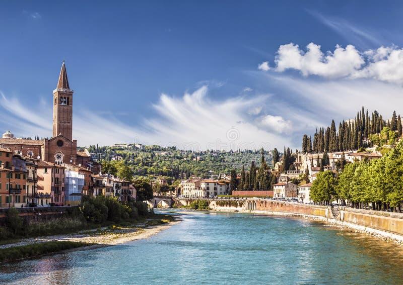 Μια άποψη του ποταμού Adige με την εκκλησία του ST Αναστασία, Βερόνα στοκ φωτογραφίες