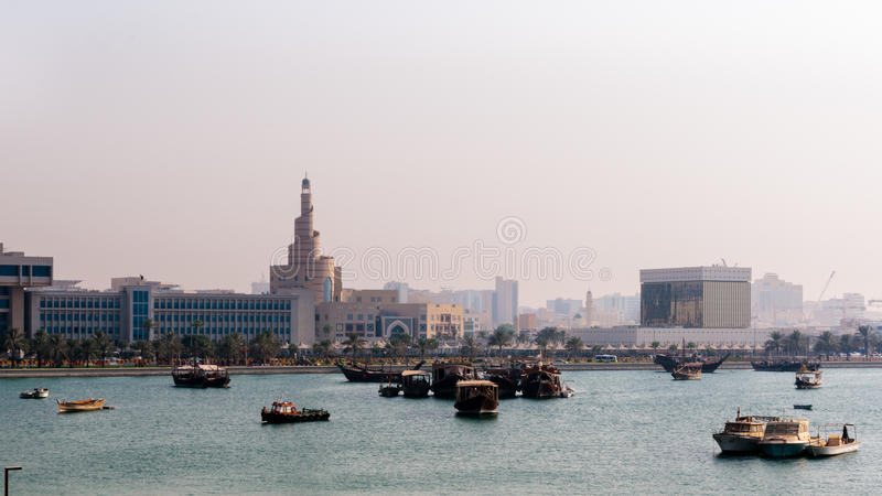 Μια άποψη του σπειροειδούς μουσουλμανικού τεμένους (Fanar) από την παραλία στοκ φωτογραφίες με δικαίωμα ελεύθερης χρήσης