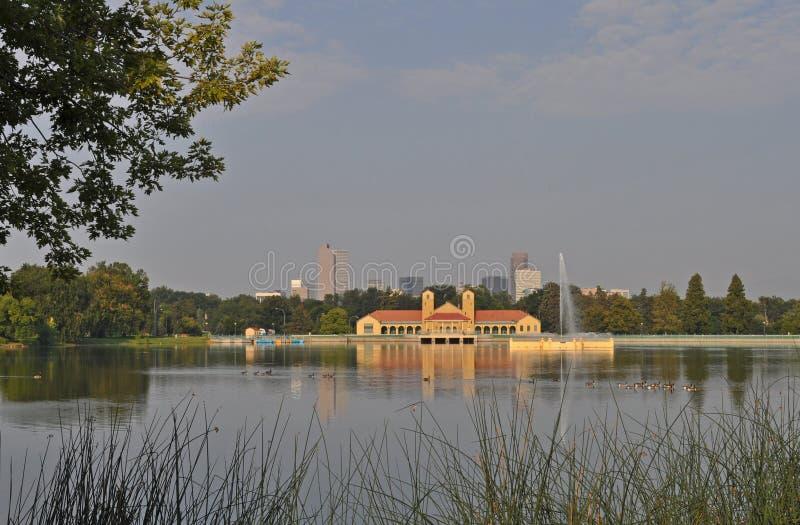 Μια άποψη του στο κέντρο της πόλης Ντένβερ πριν από την ανατολή στοκ εικόνα