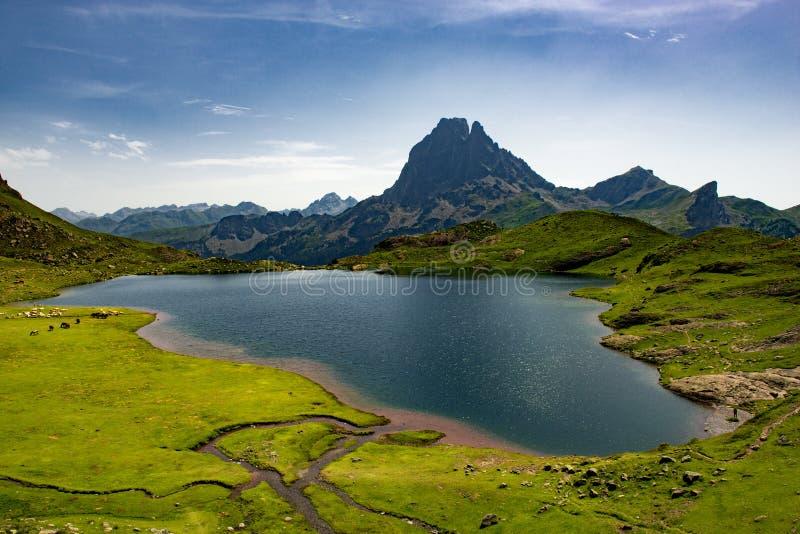 Μια άποψη του PIC du Midi δ ` Ossau με τη λίμνη στα γαλλικά Πυρηναία στοκ εικόνα