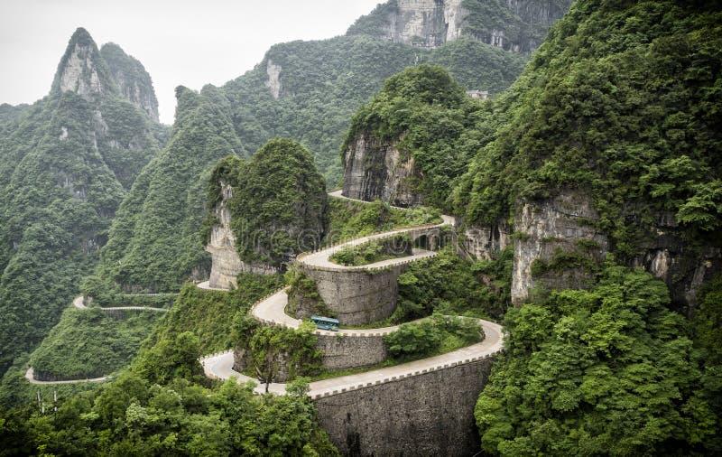 Μια άποψη των επικίνδυνων 99 καμπυλών στο δρόμο Tongtian στο βουνό Tianmen, η πύλη ουρανού ` s σε Zhangjiagie, επαρχία Hunan, CH στοκ εικόνες
