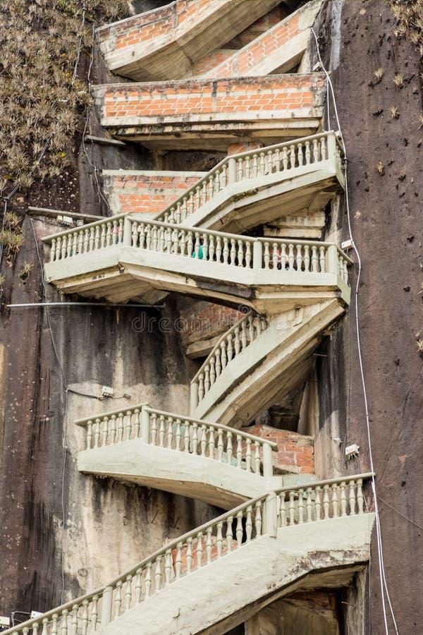 Μια άποψη των σκαλοπατιών τρεκλίσματος στο βράχο, Guatape, Κολομβία στοκ φωτογραφίες