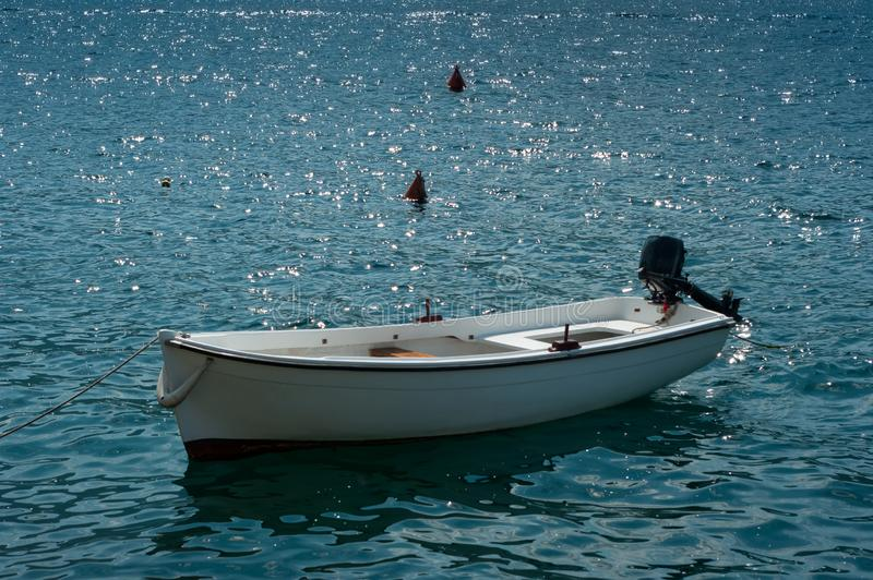 Μια άσπρη βάρκα μηχανών στοκ εικόνες