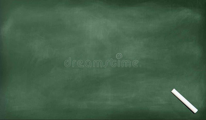 Μια άσπρη κιμωλία στην κιμωλία έτριψε έξω στον πίνακα Σχολικός πίνακας Μαύρος κενός πίνακας κιμωλίας για το υπόβαθρο στοκ εικόνα