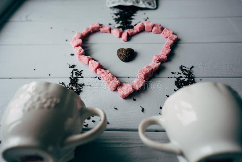 Μια άσπρη κούπα με τη ρόδινη καρδιά στοκ εικόνα