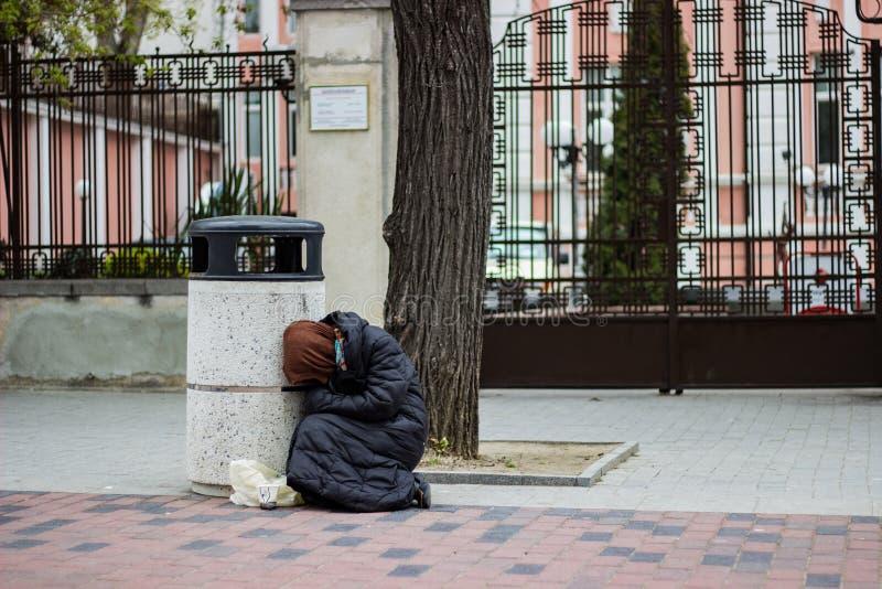 Μια άστεγη γυναίκα επαιτών στοκ φωτογραφία με δικαίωμα ελεύθερης χρήσης