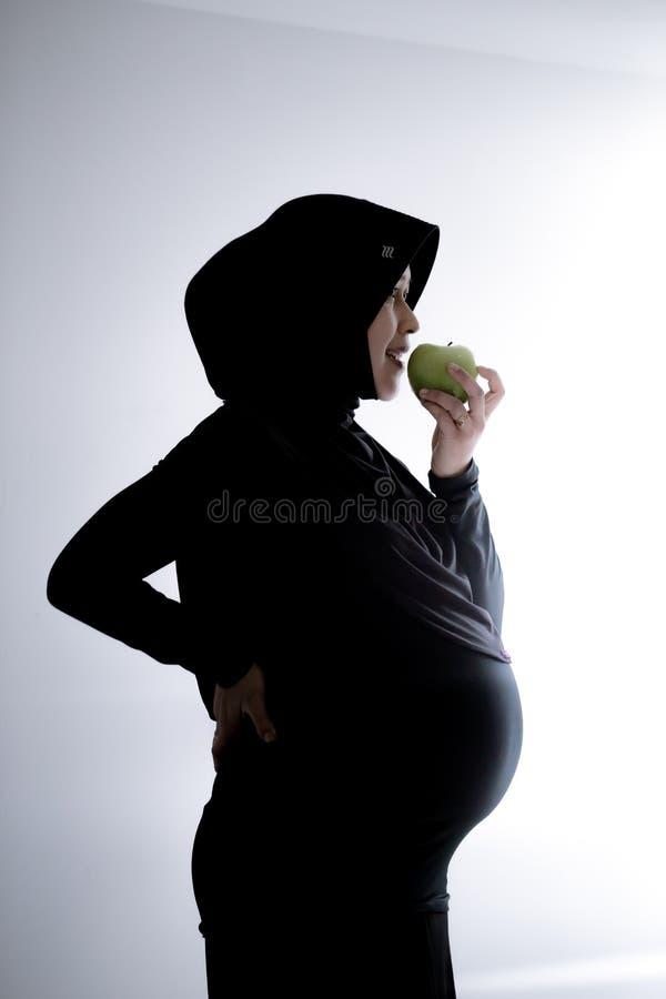 Μια έγκυος μουσουλμανική γυναίκα από την Ασία στοκ φωτογραφίες με δικαίωμα ελεύθερης χρήσης