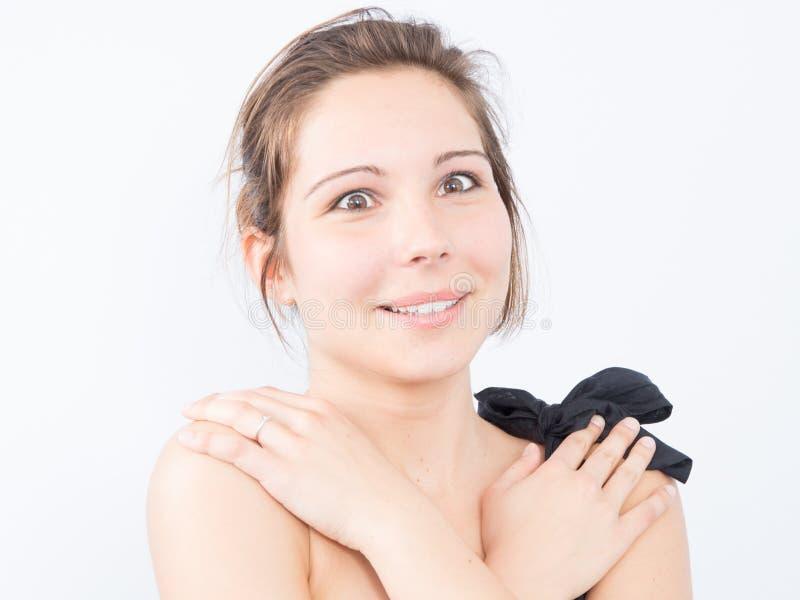 μια έκπληκτη νέα γυναίκα που εκφράζει τα θετικά συγκινημένα χέρια στους ώμους στοκ φωτογραφία με δικαίωμα ελεύθερης χρήσης