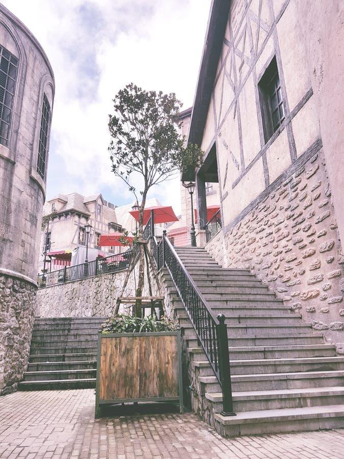 Μια ήρεμη οδός με το σκαλοπάτι στοκ εικόνα