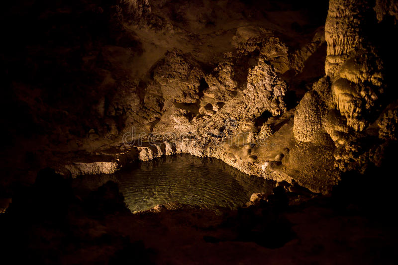 Μια λίμνη & σταλαγμίτες στα σπήλαια Carlsbad στοκ εικόνες με δικαίωμα ελεύθερης χρήσης