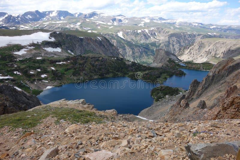 Μια λίμνη στη σύνοδο κορυφής δοντιών αρκούδων στο Wyoming στοκ εικόνα