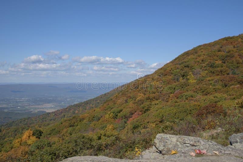 Μια αιχμή βουνών στα χρώματα πτώσης στοκ εικόνα