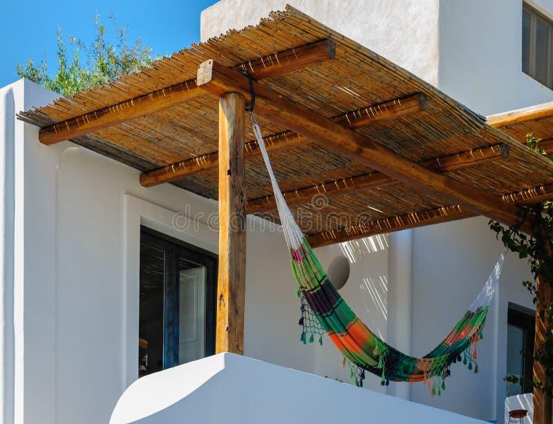 Μια αιώρα σε ένα χαρακτηριστικό σπίτι Panarea, Σικελία, Ιταλία στοκ εικόνα