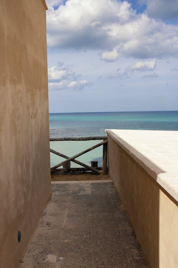 Μια αναλαμπή μιας θάλασσας που βλέπει μεταξύ ενός σπιτιού στοκ φωτογραφίες με δικαίωμα ελεύθερης χρήσης