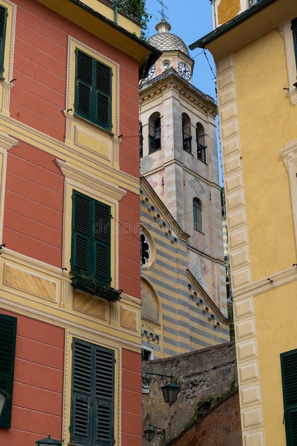Μια αναλαμπή του πύργου της εκκλησίας κοινοτήτων του SAN Martino, Portofino στοκ εικόνα