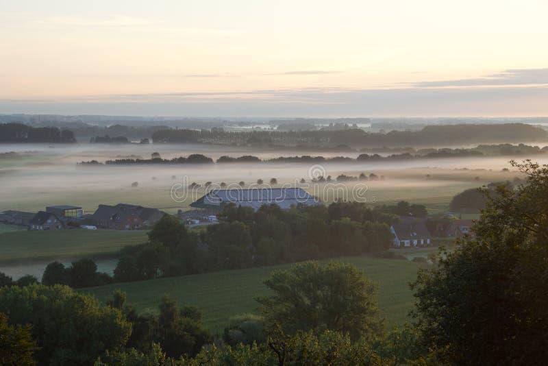 Μια ανατολή επάνω από την ομίχλη στοκ φωτογραφία