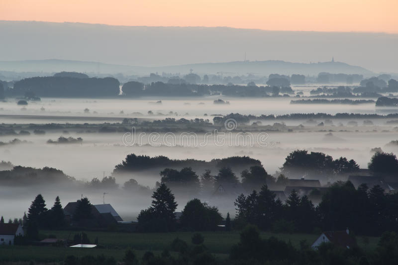 Μια ανατολή επάνω από την ομίχλη στοκ εικόνα με δικαίωμα ελεύθερης χρήσης