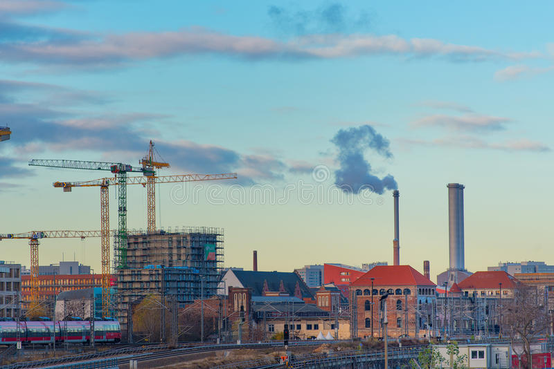 Μια αναλαμπή του Βερολίνου με τα τραμ και τους ρύπους στοκ εικόνες