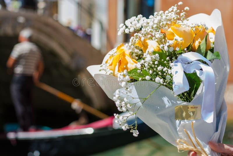 Μια ανθοδέσμη πορτοκαλιά τριαντάφυλλα gondolier στο υπόβαθρο στο tne Βενετία, Ιταλία στοκ φωτογραφία με δικαίωμα ελεύθερης χρήσης
