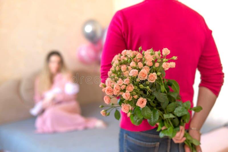 Μια ανθοδέσμη των λουλουδιών από τον πατέρα στη σύζυγο για τη γέννηση μιας κόρης στοκ φωτογραφίες με δικαίωμα ελεύθερης χρήσης