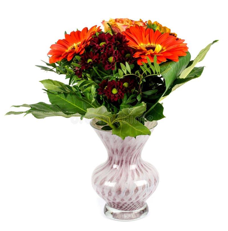 Μια ανθοδέσμη των λουλουδιών σε ένα βάζο σε ένα άσπρο υπόβαθρο στοκ εικόνα