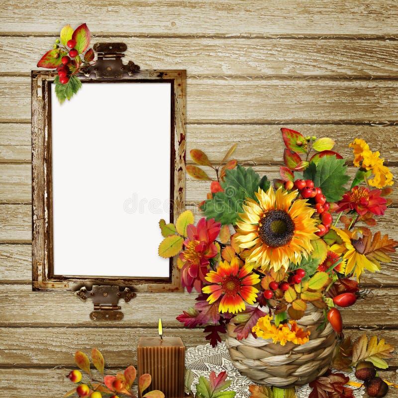 Μια ανθοδέσμη των λουλουδιών, των φύλλων και των μούρων σε ένα ψάθινο βάζο, ένα πλαίσιο φωτογραφιών ή ένα κείμενο στο ξύλινο υπόβ διανυσματική απεικόνιση