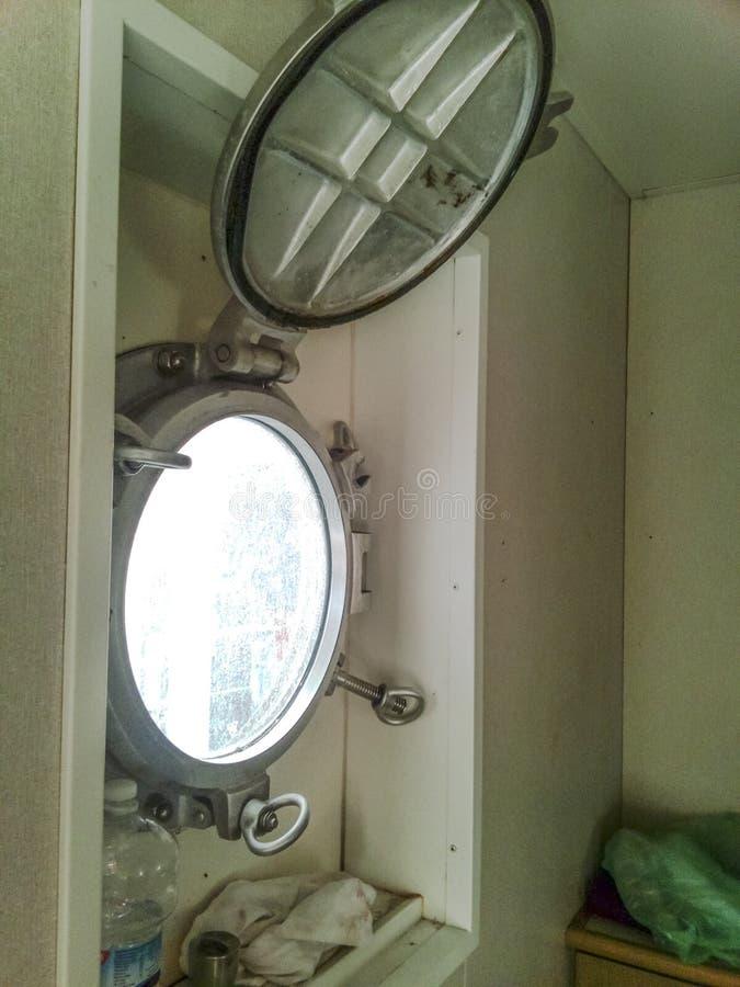 Μια ανοικτή παραφωτίδα στην καμπίνα σκαφών ` s στοκ εικόνες