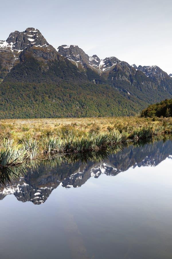 Μια αντανάκλαση καθρεφτών των βουνών που συλλαμβάνεται στο πορτρέτο στοκ εικόνες