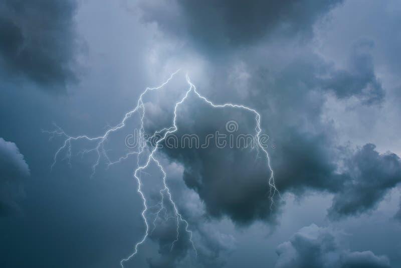 Μια απεργία αστραπής στον ουρανό στοκ εικόνες