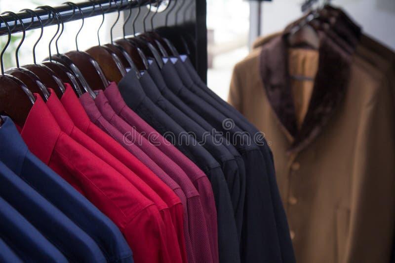 Μια αποθήκη εμπορευμάτων, φωτογραφία καταστημάτων των πουκάμισων μερών, πολύχρωμος, ενδύματα ατόμων μόδας καταστημάτων στοκ φωτογραφίες με δικαίωμα ελεύθερης χρήσης